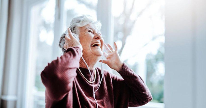 ouvir musicas na terceira idade