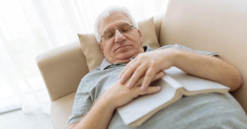 É melhor dormir de estômago cheio ou vazio?