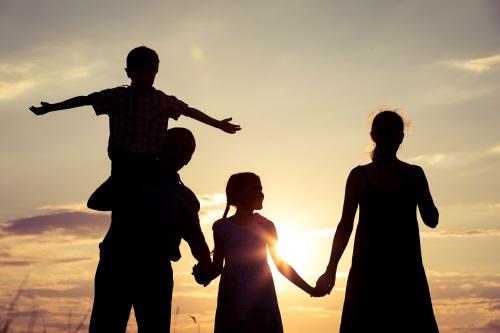 verão familia feliz ao por do sol