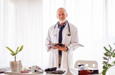 o médico e o paciente idoso