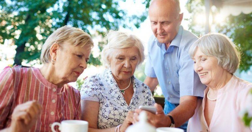 idosos cuidando de idoso