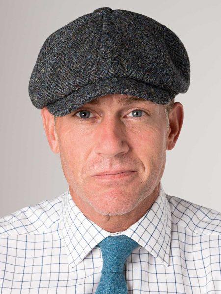 Um homem com um chapéu e ou boina  um charme e elegância no que concerne ao  seu estilo. 3aea3046f07