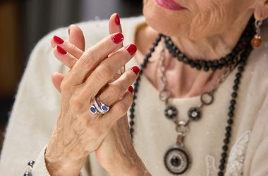 As mãos envelhecem e precisam de cuidados por parte dos idosos