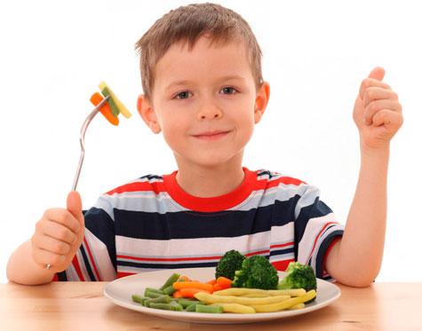 Os netos precisam ser educados quando sentados para comer