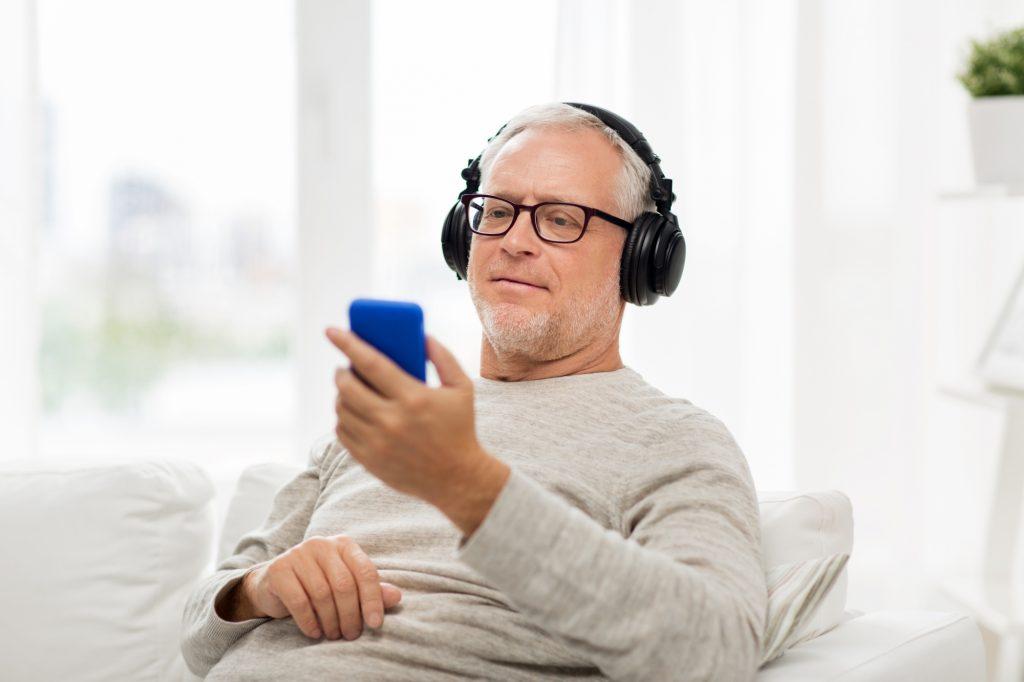 Ouvir músicas faz bem aos idosos