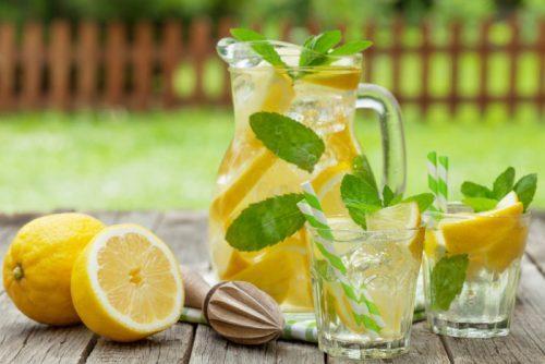 chá, suco ou água: qual o melhor para hidratação?