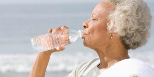 Idosos, como se hidratar mesmo bebendo pouca água