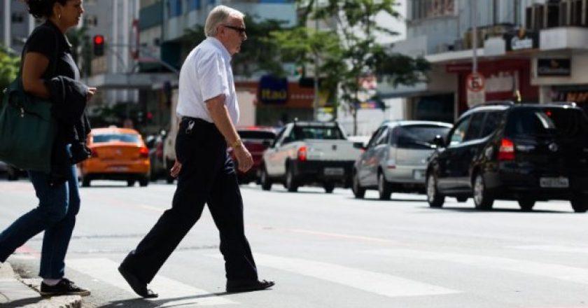idosos cuidados com a segurança nas ruas
