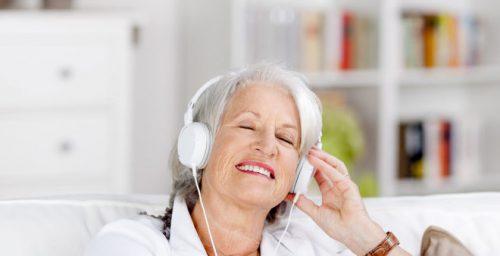 Ouvir musica na terceira idade faz bem para o corpo, mente e alma