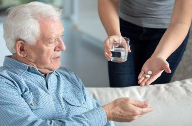 Dor de cabeça, enxaqueca em idosos é normal?