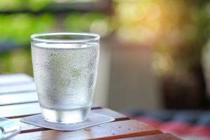 água natural versus água com gás