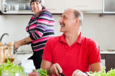 homens idosos ajudam em casa nas tarefas domésticas