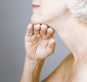 pescoço e mãos merecem cuidados na terceira idade