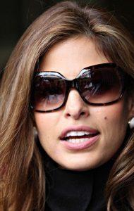 802ee632fd0d0 A utilização dos óculos de sol também protege a região ao redor dos olhos,  ajudando na prevenção do câncer de pele, já que a área é bem sensível.