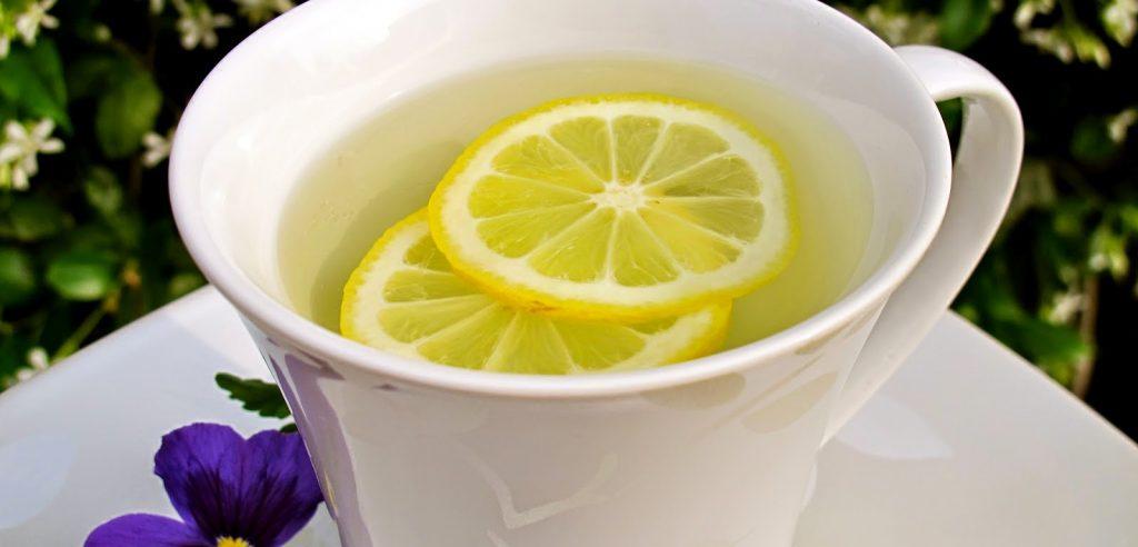 água morna com limão para a terceira idade