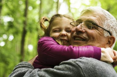 a terapia do abraço para os idosos