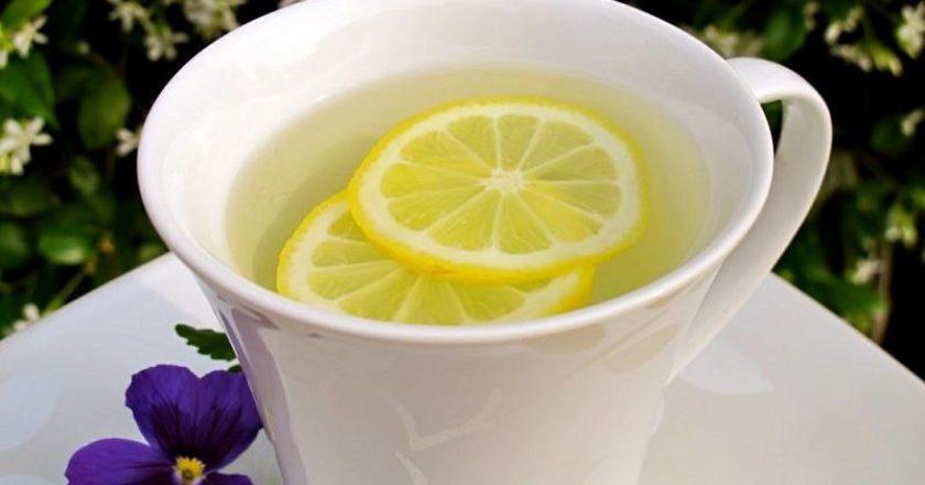 Água morna com limão em jejum é ótima para o organismo