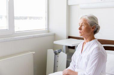 depressão idosa sentada no hospital